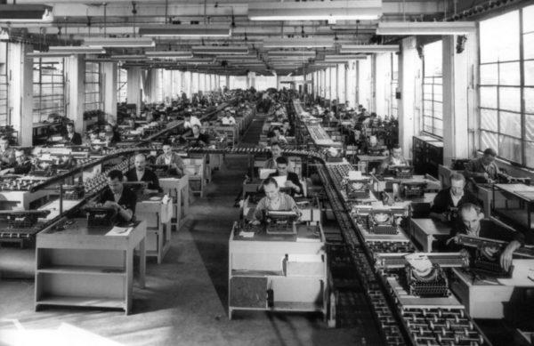 montaggio lexikon 80 600x389 Olivetti: innovazione e sguardo verso il futuro | Clast srl: porte, portoni, sicurezza, cancelli, automazioni. Via Soncino 5, Trescore Cremasco
